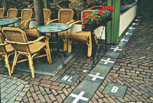 Những nơi hai chân của bạn có thể đứng ở hai đất nước