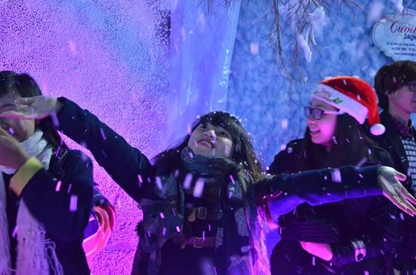 Nhiều bạn trẻ thích thú với con đường tuyết tuyệt đẹp với nhiều sắc màu