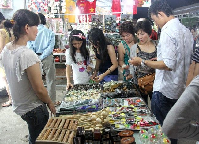 Quầy lưu niệm tại Chợ đêm