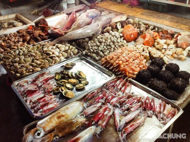 Hải sản tươi ngon là thứ không thể thiếu tại chợ đêm Dinh Cậu
