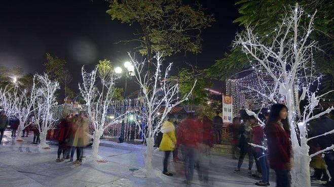 Công viên trắng và con đường tuyết nhân tạo tại Công viên nước Hồ Tây (Hà Nội) dài 40m trước đêm giáng sinh một ngày thu hút nhiều bạn trẻ tới tham quan.
