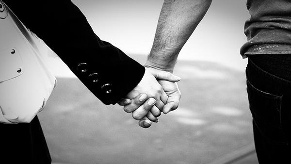 Chỉ nên sử dụng tay phải khi giao tiếp để thể hiện sự tôn trọng