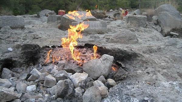 Ngọn lửa thần kỳ cháy ở trên sườn núi suốt hàng trăm năm