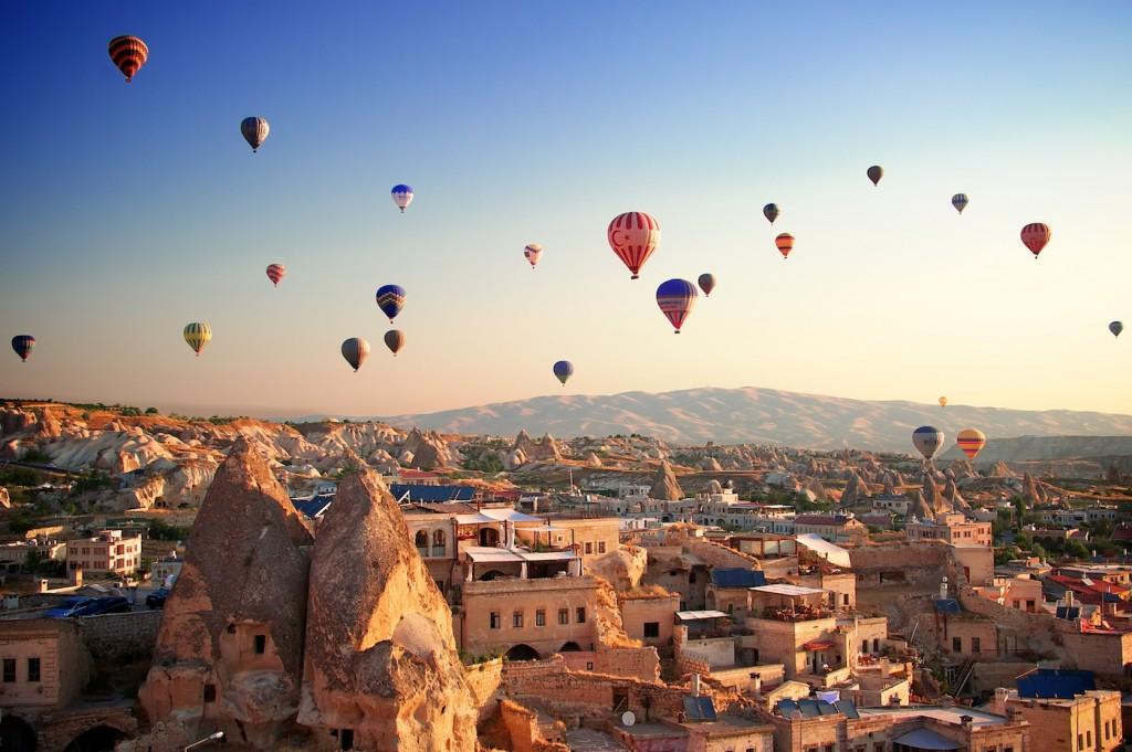 Lễ hội khinh khí cầu đầy màu sắc ở Cappadocia