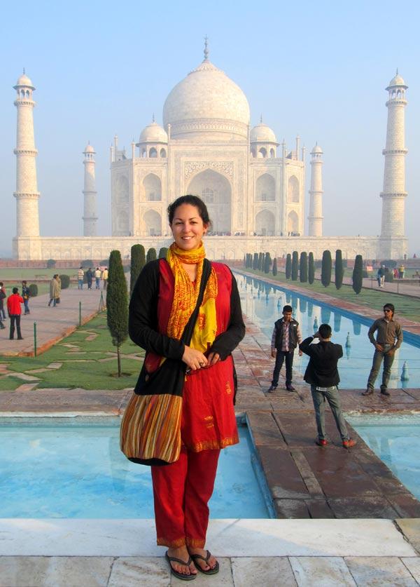 Khăn quàng mỏng có thể là vật dụng đa năng nhất mà bạn mang theo khi đến Ấn Độ